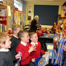 Mahrez odwiedził w szkole małych kibiców Leicester